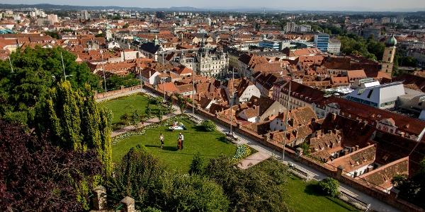 Blick vom Schloßberg aus die Dächerlandschaft von Graz