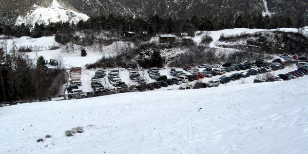 Blick von der ersten Wiese hinunter auf den Parkplatz bei den Bergbahnen in Rifenal.