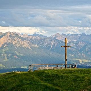 Ofterschwanger Horn Gipfelkreuz mit Blick auf den Allgäuer Hauptkamm