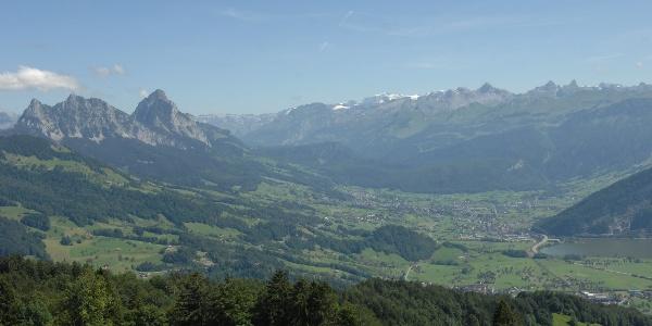 Blick vom Wildspitzgipfel in den Schwyzer Talkessel - mit den Mythen