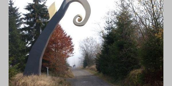 Skulptur Der Krummstab von Heinirch Brummack des WaldSkulpturenWegs Sauerland Wittgenstein