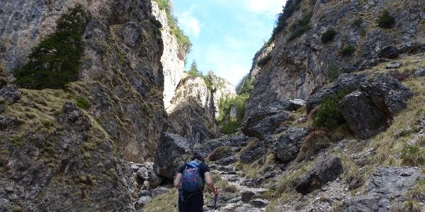 Umrahmt von senkrechten Felswänden, führt der Steig in zahlreichen Kehren in Richtung Tschafatsch Sattel.