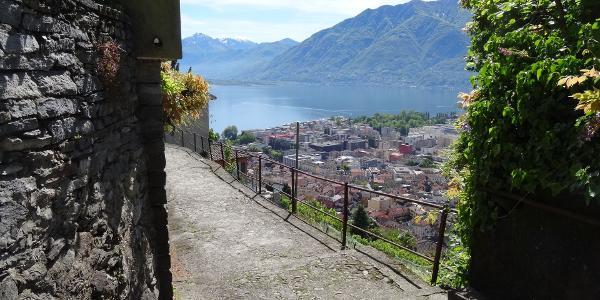 """0400 über Locarnos Dächern hinunter über eine flüssig zu fahrende Steintreppe, 46°10'18.6""""N 8°47'18.0""""E"""