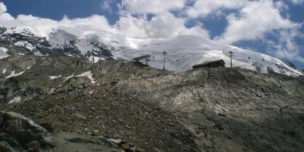 Bergstation Hohsaas vor der mächtigen Eisflanke des Weismies