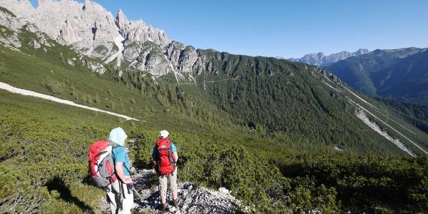 Aufstieg zur Forcella Urtisiel, unten auf der Lichtung das Rif. Giaf