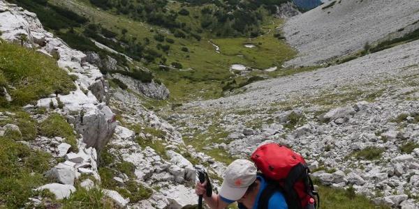 Kleine Tümpel blinken auf der ersten Karstufe im Val Monfalcon di Forni