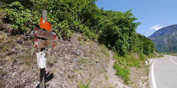 Der Wegweiser zum Einstieg in den Fennberg-Klettersteig