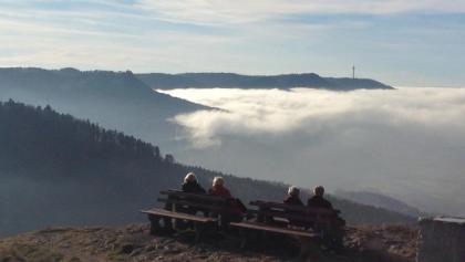 Herbstsonne auf dem Böllat, im Tal Nebel