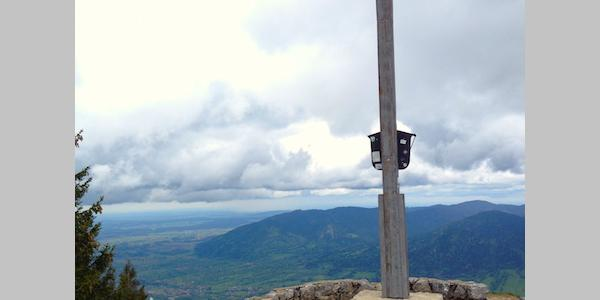 ... Ausblick am Gipfelkreuz Brauneck...