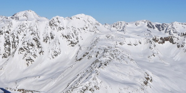 Blick vom Similaun auf Similaunhütte und Aufstiegsroute zur Finailspitze, links im Hintergrund die Weißkugel