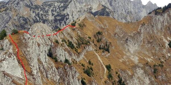 Weg rot markiert. Der Hauptweg geht deutlich sichtbar nach unten.