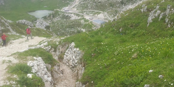 """Im Hintergrund der Valparolapass mit dem kleinen See und dem Fort """"Tre Sassi"""""""