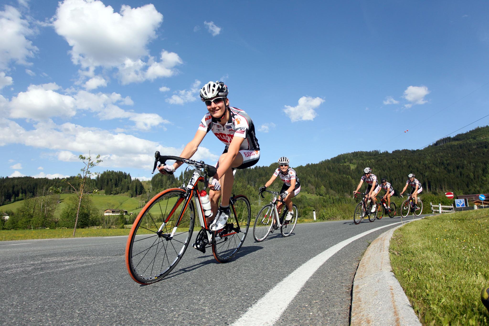 sheriffs host bike road - HD2048×1365