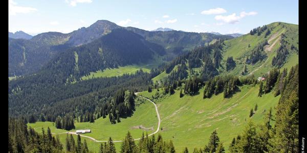 Risserkogel (Mitte links) und Portnersalm (Vordergrund) von der Bergstation der Wallbergbahn, Mangfallgebirge, Bayern, Deutschland