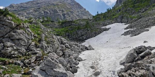 Ein Schneefeld kurz vor dem Ziel