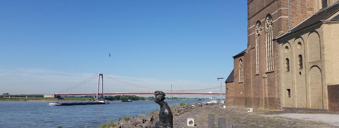Blick auf die Rheinbrücke und St. Martini