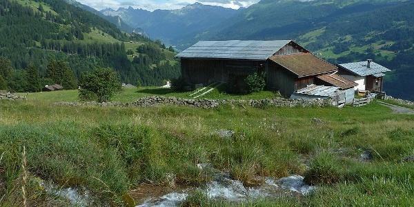 Der Chuonzbach findet den Weg ins Dorf.