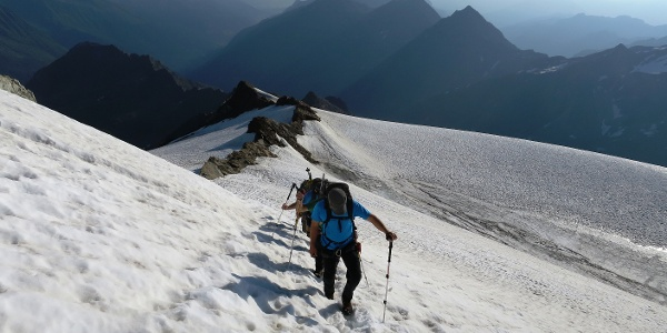 Unterwegs im Firn des Grüblferners auf ca. 3200 m. Im Hintergrund mächtig der Habicht (3277 m).