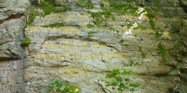 Felsinschrift zum Gedenken an Graf Broussel, Erbauer des Felsenweges