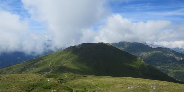 Vom Gipfel des Eggerberg blicken wir zum letzten Gipfel den Leitnerberg