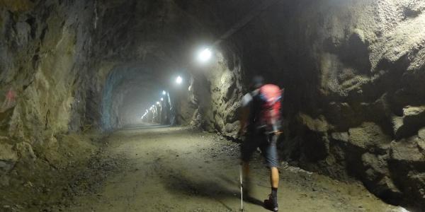 Einige Minuten geht es durch einen beleuchteten Tunnel.