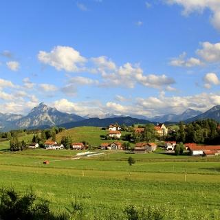 Nordansicht von Hopferau mit Blick auf die Berge
