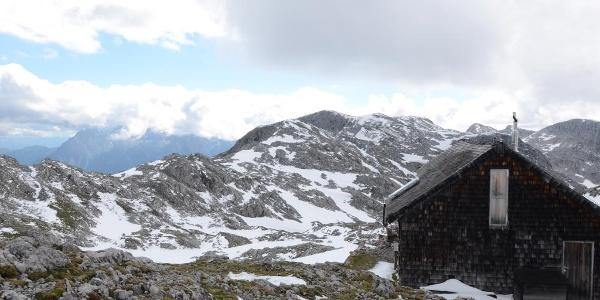 Hinter der Edelweißerhütte steht das Raucheck, der höchste Gipfel des Gebiets.