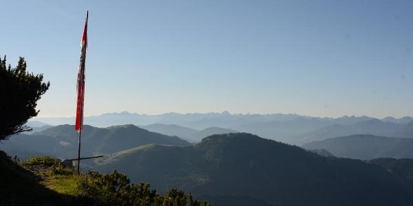 Die Fahne der Werfener Hütte ziert den Blick zur Hochalmspitze