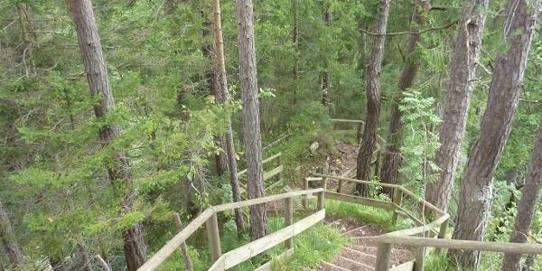 Über gut ausgebaute Stufen für der Weg rasch in die Tiefe
