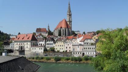 Die Stadtpfarrkiche Steyr inmitten der Steyrer Altstadt.