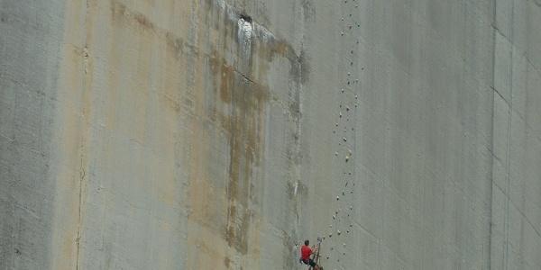 Kletterer an der Staumauer des Lago di Luzzone