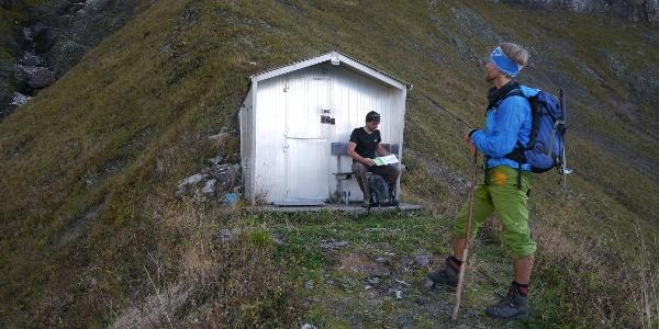 Kurze Rast beim Aufstieg zur Höfats an der Biwakschachtel
