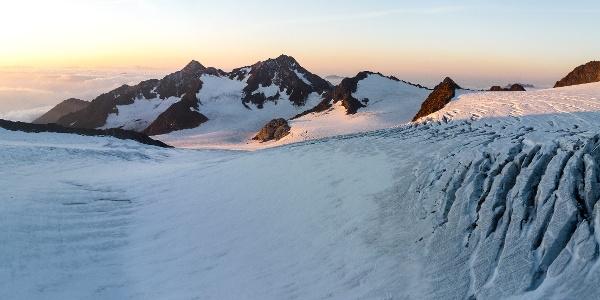 Paonrama am Morgen. Ganze rechts ist die Sonklarspitze