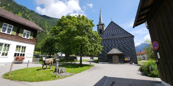 Die Pfarrkirche St. Antonius in der Ortsmitte von Hinterstein