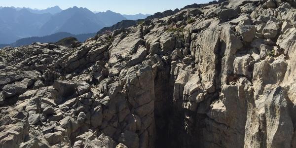 Tiefe Löcher und Spalten im Fels