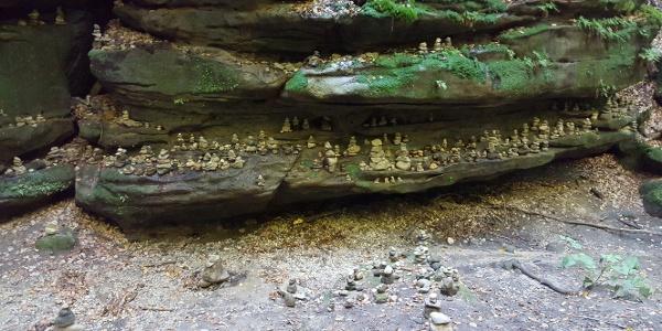 Wenn der Bach kein Wasser führt, können Steinmännchen gebaut werden