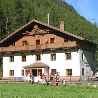 Die Tiroler Hütte im Sommer.