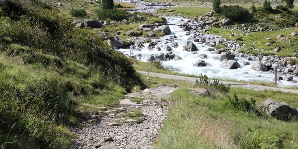 Weg über dem Zemmbach zur Waxeggalm