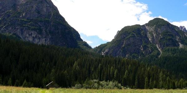 Il passo Siera visto da Sappada tra il Siera Spitz e il Col dei Mughi