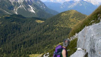 Panorama dalla cengia attrezzata verso il Col di Caneva a destra e il gruppo del monte Rinaldo a sinistra