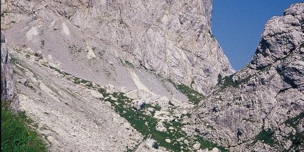 Nei pressi del bivio per il passo Cacciatori. In alto la parete ovest del monte Avanza