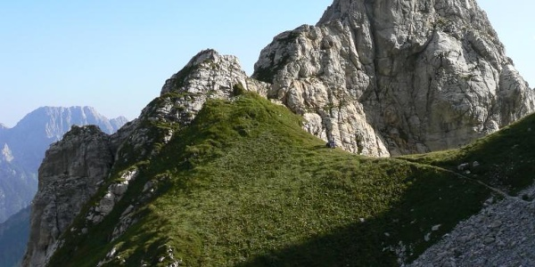 Tramonto sulla forcella delle Genziane con il primo campanile, a sinistra del quale appare, in lontananza, il monte Cimon