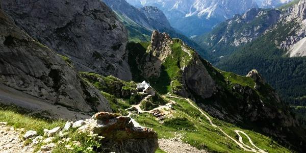 Il rifugio Calvi salendo verso il passo Sesis