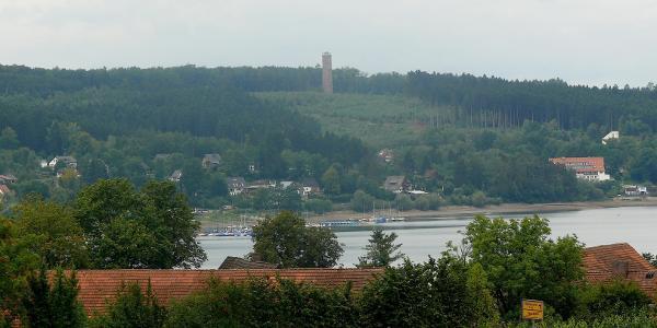 Blick über den See zum Möhneseeturm