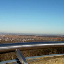 Weite Ausblicke vom  Schweinsbergturm. Links Heilbronn.