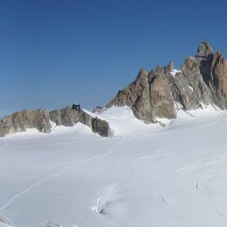 Refuge des Cosmiques und rechts die Aiguille du Midi