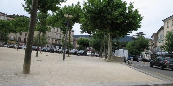 Start der Tour am Dorfplatz in Les Vanc. Hier gerade aus an der Apotheke vorbei und dann die Rue du Bourdaric einbiegen. Nun den gelbroten Markierungen folgen.