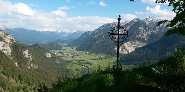 Kreuz auf der Burgruine Falkenstein mit Blick Richtung Tirol
