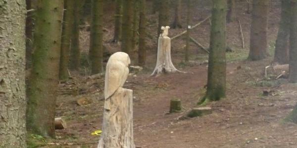 Holzskulpturen im Wald