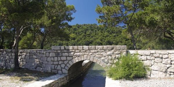 Most na spoju Velikog i Malog jezera